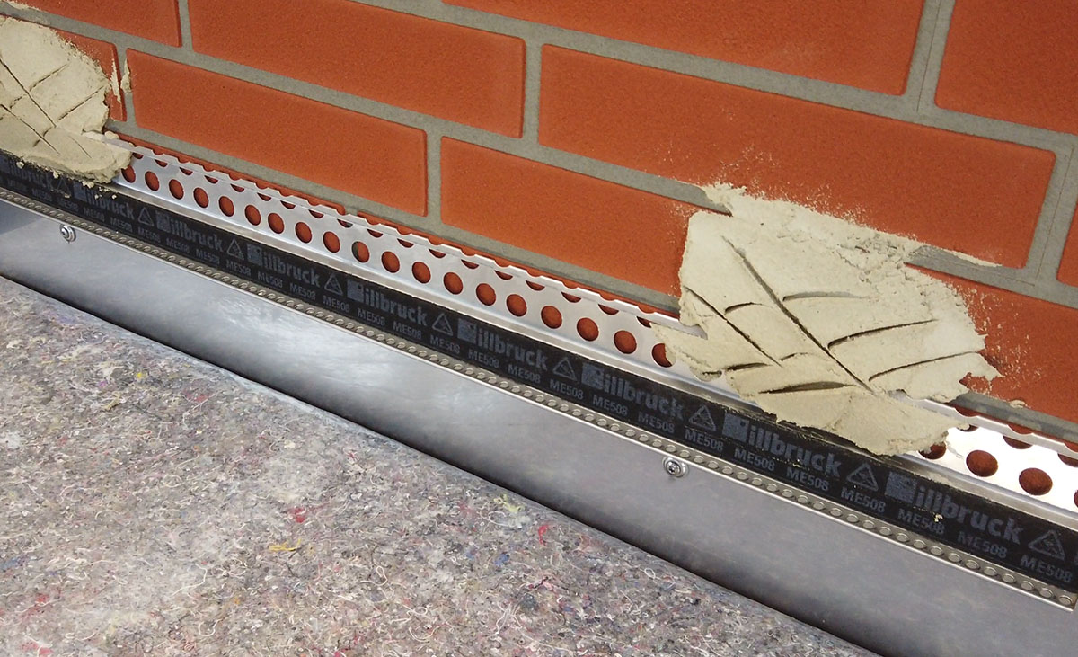 Protektor Metallanschlussprofil 2765 bei der Verarbeitung - fluchgerecht angesetzt.
