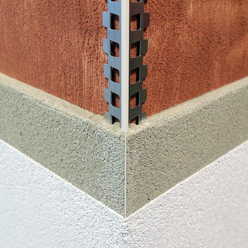 Anwendung der Protektor Kantenprofile 1821 und 1824 in einem zweiligigem Putzsystem. Die schmale PVC-Kante wird mit Oberputz überarbeitet.