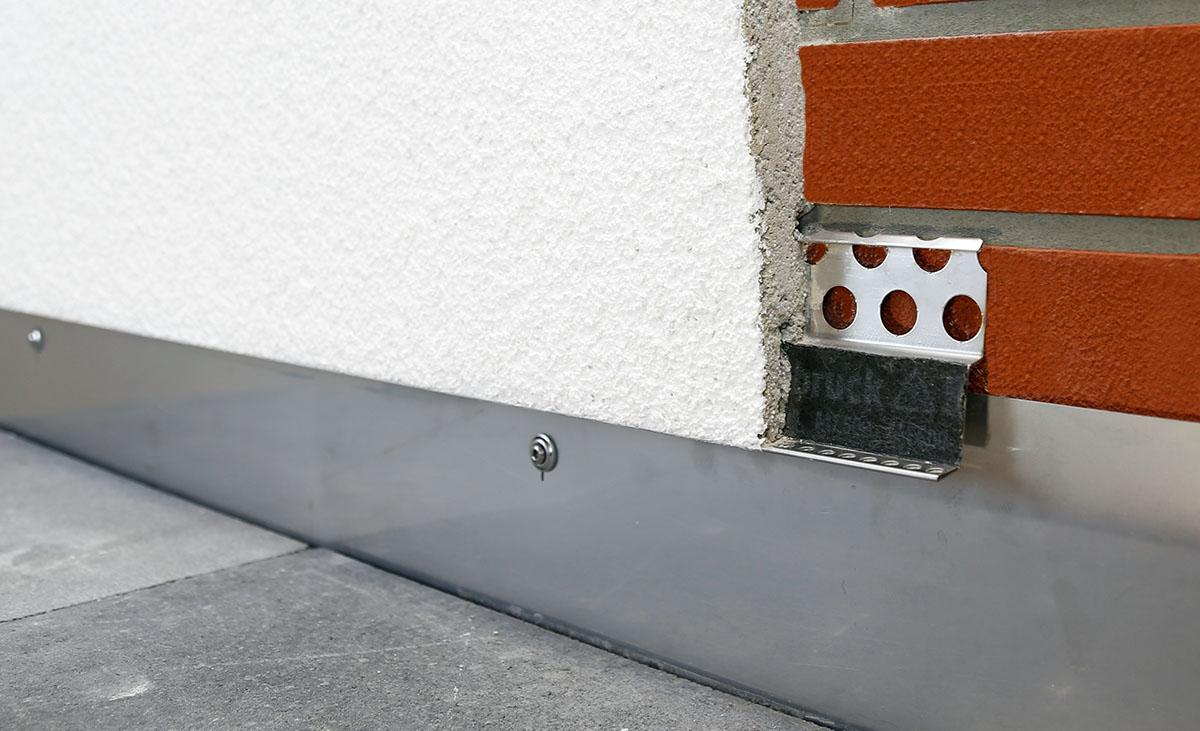 Protektor Metallanschlussprofil im Einbau - eine überputzbare Trägerfolie gewährleistet eine einwandfreie und lang anhaltende Verputzung.