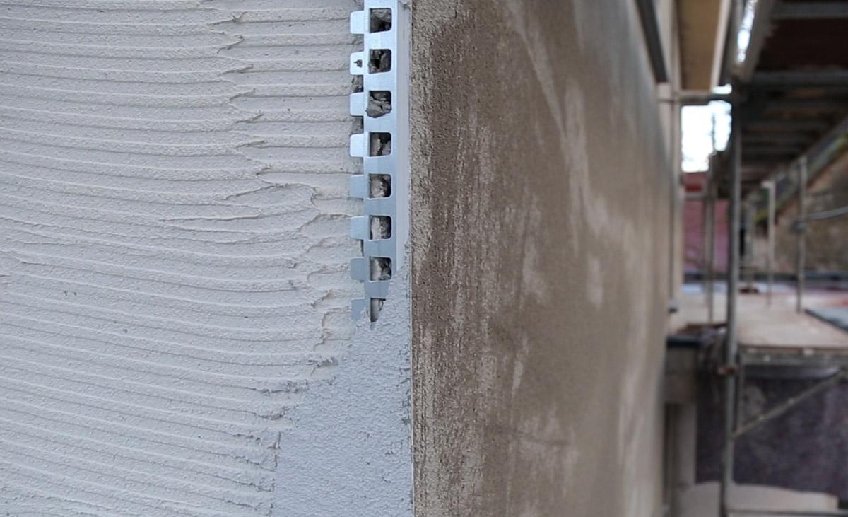 Metallkanten-Profil 1824 mit zusätzlichem PVC-Überzug bei der Anwedung in einem zweilagigem Putzsystem.
