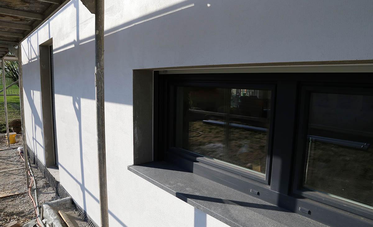 Fertiger Zustand einer Modernen Stadvilla nach dem Einbau des Protektor Kantenprofils 1821 und überputzen der schmalen PVC-Kante.