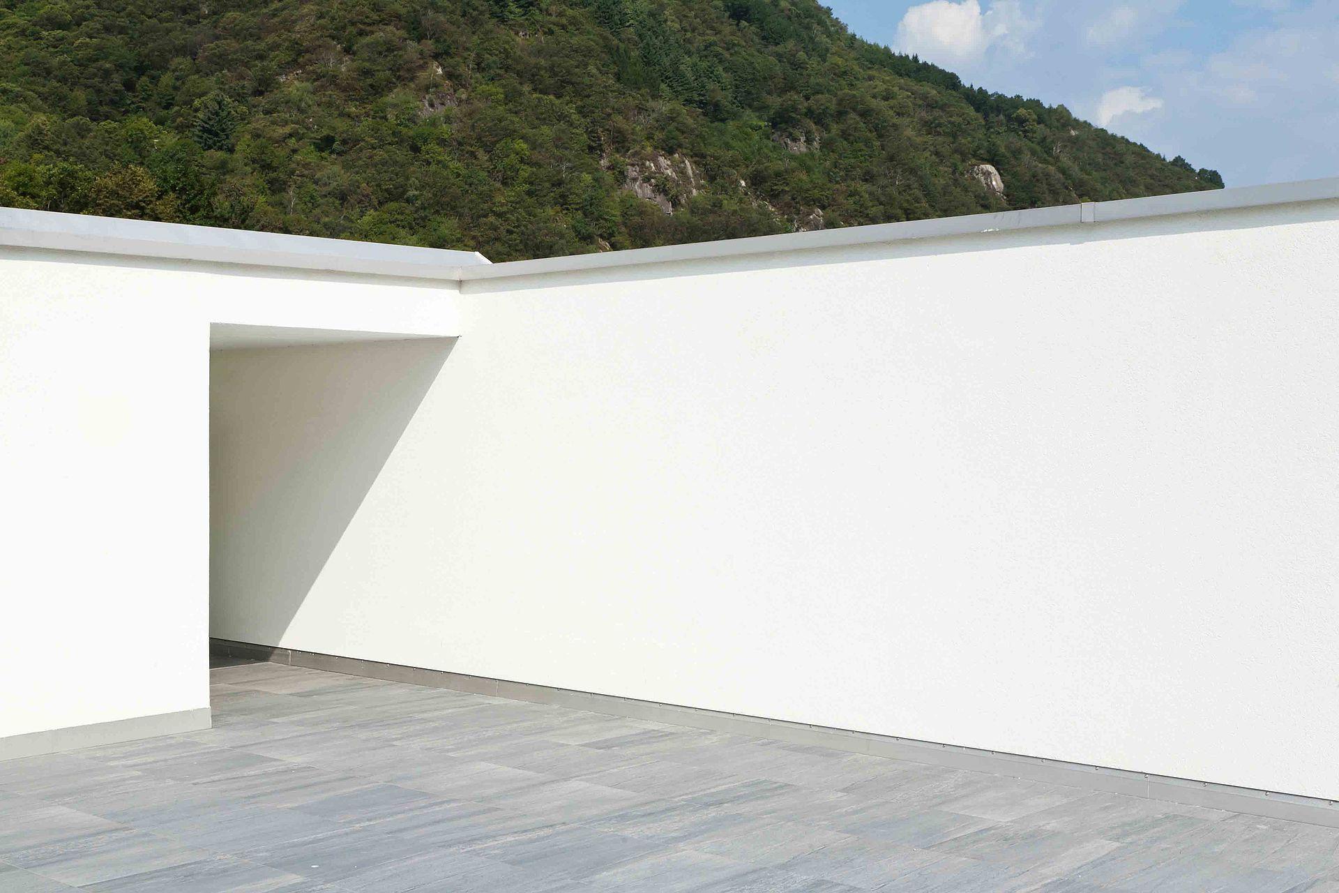 Das neue Metallanschlussprofil 2765 verarbeitet auf einer Dachterrasse