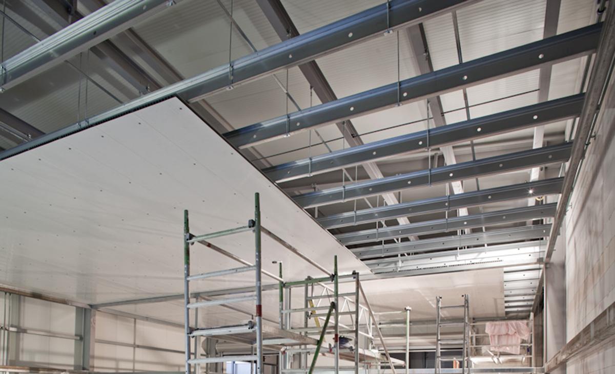 Protektor Stahlleichtbau Weitspannträger beim Beplancken.