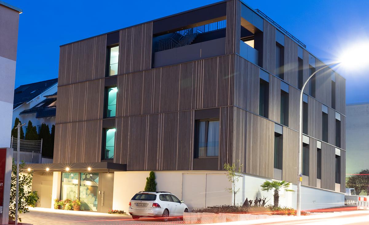 Firmengebäude mit gestalterter Holzfassade. Traditionsbewusstsein trifft auf Design.