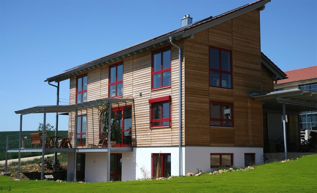 Protektor Rombus-Profile in der Anwedung an der Holzfassade eines Einfamilienhauses