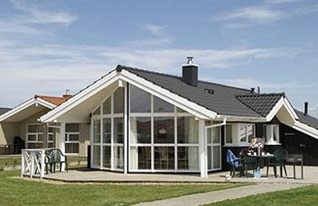 Ferienhaus mit Halbrundrinnen-Dachrinnensystem von Protektor.