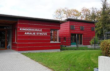 Kinderschule, Kindergarten mit sicherer Fassade nach Regelung der BG/GUV-SR S2.